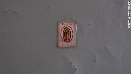 Une image de la Vierge Marie orne un mur dans l'appartement endommagé de Miriam Montanez.