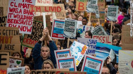 छात्र लंदन में 15 मार्च 2019 पर हुए एक जलवायु कार्यक्रम में भाग लेते हैं।