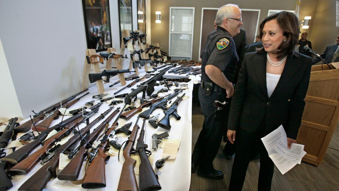 Harris looks over seized guns following a news conference in Sacramento, 캘리포니아, 6 월 2011. Harris became California's attorney general in January 2011 and held that office until 2017. She was the first African-American, the first woman and the first Asian-American to become California's attorney general.