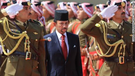 The Sultan of Brunei Hassanal Bolkiah (C) and Jordan's (unseen) review the honour guard at the Royal Palace in Amman, on October 4, 2018. - The Sultan of Brunei is on an official visit in Jordan. (Photo by KHALIL MAZRAAWI / AFP)        (Photo credit should read KHALIL MAZRAAWI/AFP/Getty Images)