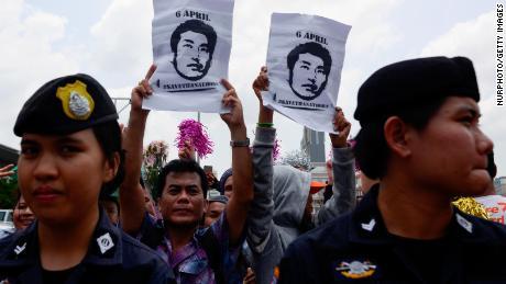 Les sympathisants de Thanathorn tiennent des affiches portant son identité avec le hashtag #SaveThanathorn.