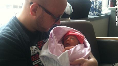 Eric Lohman retiene a Rosie en el hospital en agosto de 2012.