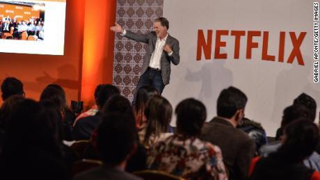 Netflix a ajouté un nombre record d'abonnés, mais met en garde sur des temps plus difficiles