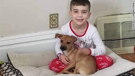La familia de Rosie y su nuevo cachorro, ahora viven en Milwaukee.