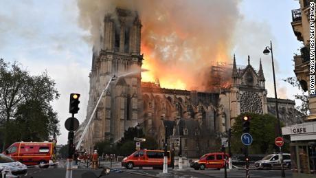 El incendio de Notre Dame podría haber comenzado por un cigarrillo o una falla eléctrica , dicen los fiscales