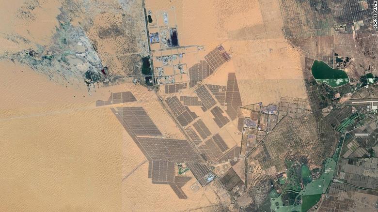 Công viên năng lượng mặt trời sa mạc Tengger ở Trung Quốc, được vệ tinh chụp qua Google Earth.