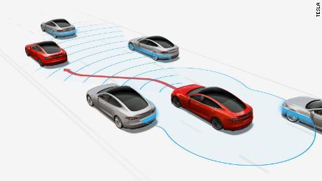 Avec Naviguer sur le pilote automatique, une voiture Tesla peut passer seule à une voie plus rapide.