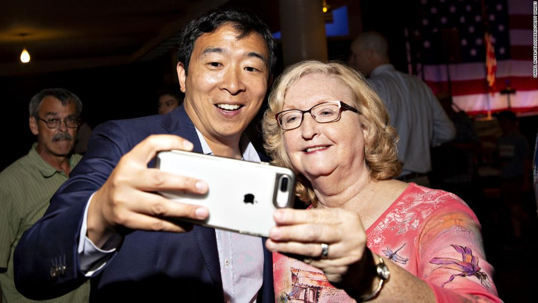 in agosto 2018, Yang takes a selfie with an attendee of the Democratic Wing Ding event in Iowa.
