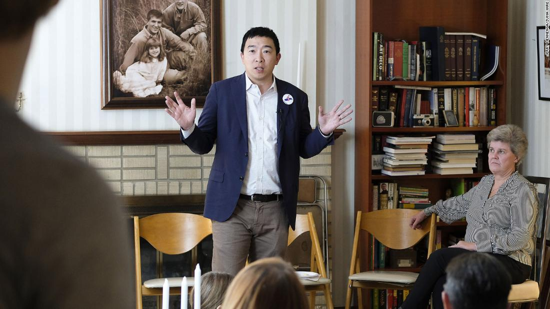 Yang meets with local Democrats in Sioux City, Iowa, a febbraio 2019.