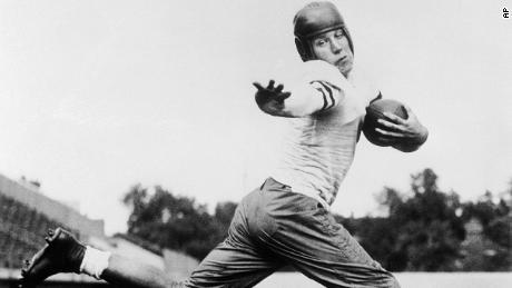 Jay Berwanger của trường đại học Chicago, Jay Berwanger, được thể hiện vào năm 1934 trong tư thế hành động đóng vai trò là người mẫu cho Giải đua Heisman. Berwanger là người đầu tiên giành giải thưởng Câu lạc bộ thể thao Downtown của bóng đá đại học, đổi tên thành Giải vô địch Heisman năm 1936 và là lựa chọn số 1 trong dự thảo NFL đầu tiên.