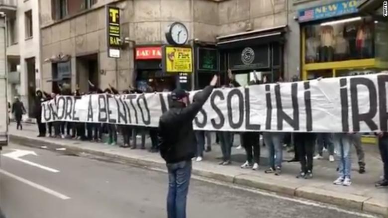 Người hâm mộ của Lazio treo biểu ngữ ủng hộ Mussolini và chào cờ phát xít.