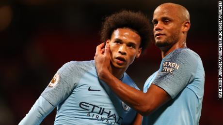 Leroy Sane (L) ăn mừng cùng đồng đội Manchester City Vincent Kompany.