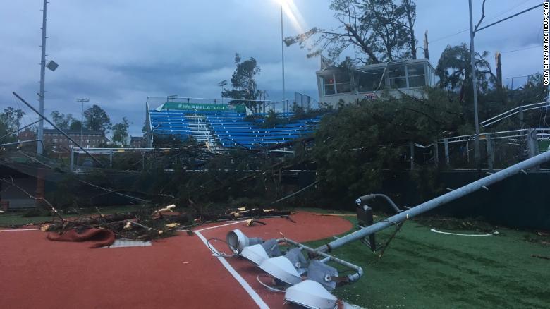 Cơn bão đã để lại thiệt hại và các mảnh vụn tại sân bóng mềm của Louisiana Tech.