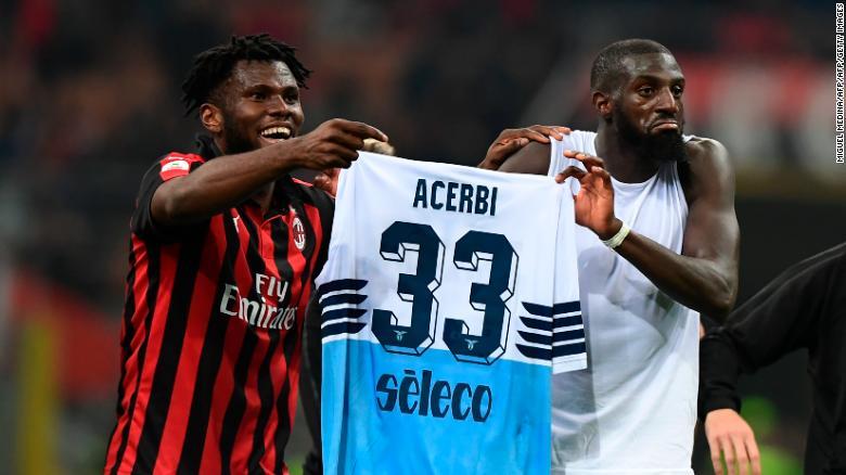 Franck Kessie (L) và Tiemoue Bakayoko giữ áo của hậu vệ người Ý Francesco Acerbi của Lazio sau trận đấu ở giải Serie A.