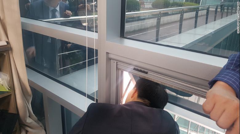 Chae và bốn phụ tá bị mắc kẹt trong văn phòng trong hơn sáu giờ.