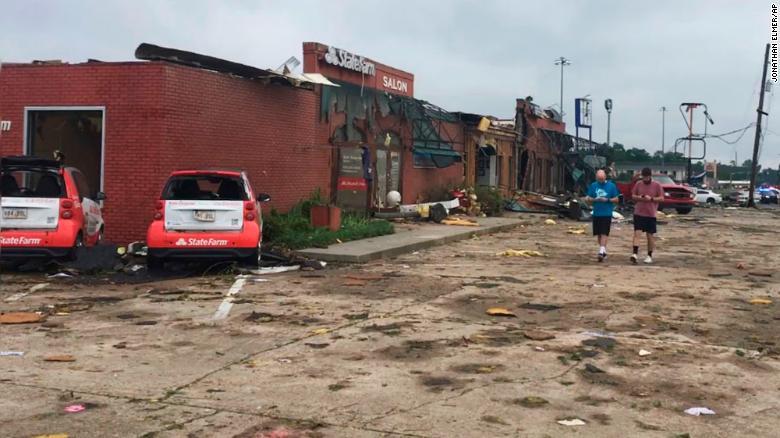 Trung tâm thương mại dải này ở Ruston, được nhìn thấy ở đây vào sáng thứ năm, đã bị tàn phá.
