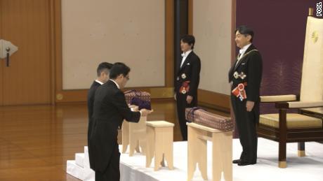 Le nouvel empereur Naruhito du Japon monte sur le trône au début de l'ère Reiwa