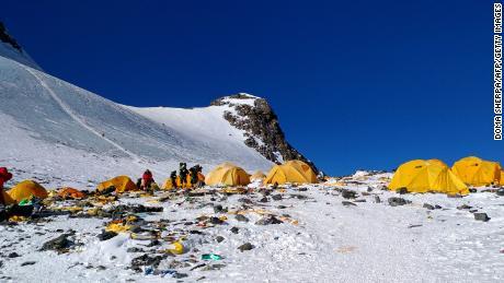 Everest trafikstockningar skapar dödliga förhållanden för bergsklättrare