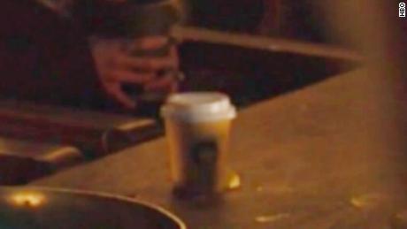 Quelqu'un a laissé une tasse de café dans un jeu intitulé «Game of Thrones» shot