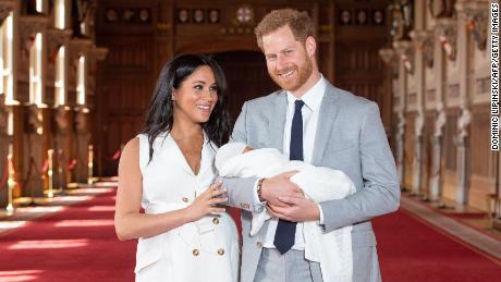 La duchesse Meghan célèbre sa première fête des mères avec une nouvelle photo du bébé Archie