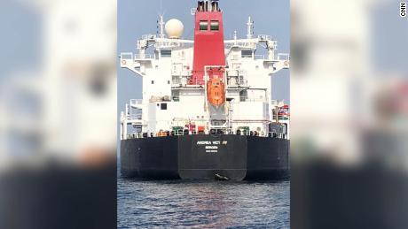 Les dommages subis par la coque du pétrolier norvégien Andrea Victory sont visibles à la suite de l'attaque de mai.