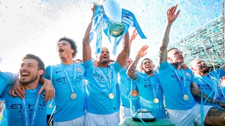 Manchester City ăn mừng giữ lại Ngoại hạng Anh mùa này.