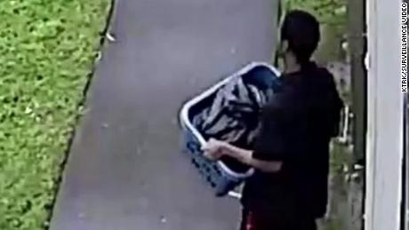 Les images de la surveillance montraient le suspect, Derion Vence, en train de confectionner un panier à linge contenant de l'eau de javel et un sac poubelle.