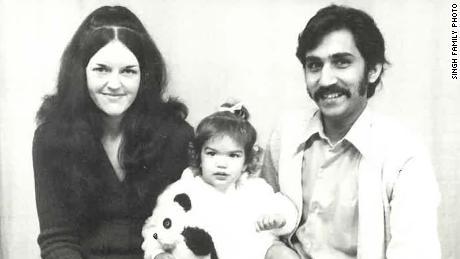 Lisa Singh avec ses parents, Lorraine et Uppi Singh.