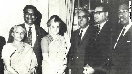 Le grand-père de Lisa Singh, Ram Jati Singh (quatrième à gauche), rencontre l'ancienne Premier ministre indien Indira Gandhi (troisième à gauche) dans les années 1970.