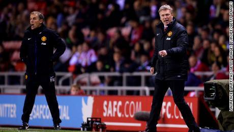 Moyes, alors entraîneur de Manchester United (R), avec l'entraîneur adjoint Phil Neville, qui est maintenant l'entraîneur de England Women.