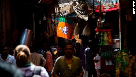 Un drapeau du parti au pouvoir, le Bharatiya Janata (BJP), est suspendu au-dessus des anciennes ruelles bondées de Varanasi.