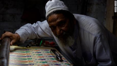 Hanif Babu et certaines des parures de soie complexes fabriquées par lui et sa famille.