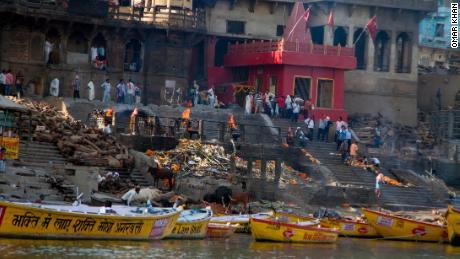 Manikarnika Ghat, l'un des lieux les plus sacrés de Varanasi, est l'endroit où les fidèles viennent incinérer leurs morts dans des bûchers funéraires, qui brûlent 24 heures par jour.