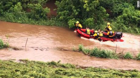 Les pompiers guident un bateau transportant quatre personnes contre les eaux de crue se déplaçant rapidement près d'El Reno, dans l'Oklahoma, mardi matin.
