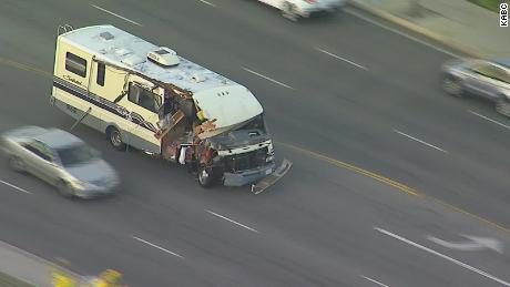 Le véhicule de camping du suspect a été lourdement endommagé après s'être écrasé contre plusieurs voitures et arbres.