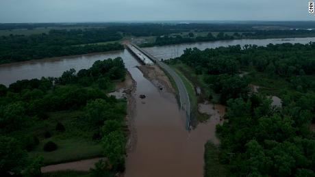 Les inondations ont inondé le comté de Logan, l'un des 66 comtés de l'Oklahoma en état d'urgence.