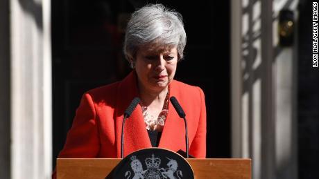 May tombe en panne lors de sa déclaration devant le 10 Downing Street vendredi.