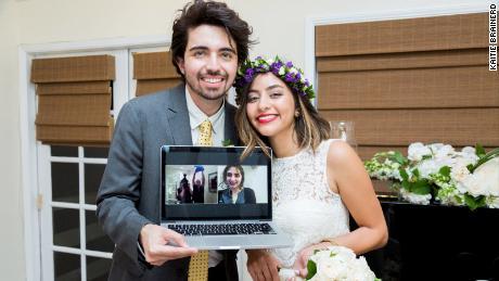 Shiva Farrokhi, fondatrice du site in-it.com, et son mari vidéo ont discuté avec des amis et la famille à l'étranger lors de leur mariage à Los Angeles en 2016.