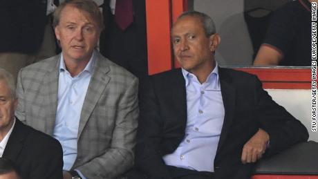 Les propriétaires d'Aston Villa, Nassef Sawiris (r) et Wes Edens, ont assisté au match amical opposant Aston Villa à West Ham United au Banks & # 39; Stade en juillet.