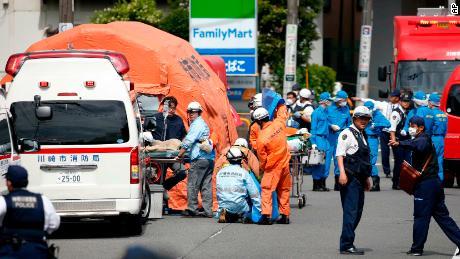 Les sauveteurs travaillent sur les lieux de Kawasaki.