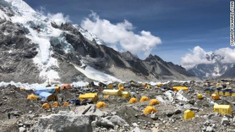 Le camp de base du mont Everest est visible mardi.