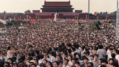 Des centaines de milliers de Chinois se sont rassemblés le 2 juin 1989 sur la place Tiananmen autour d'une statue de la déesse de la démocratie, d'une hauteur de 10 mètres, exigeant la démocratie malgré la loi martiale à Beijing.