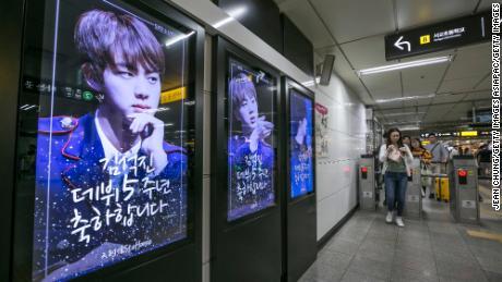 Des photos du membre du BTS Kin Seok-jin, plus connu sous le nom de Jin, sont exposées dans une station de métro le 2 juin 2018 à Séoul, en Corée du Sud. Les fans paient souvent un espace publicitaire pour fêter l'anniversaire de leur idole. Dans ce cas, ils célèbrent le 5e anniversaire de ses débuts avec BTS.