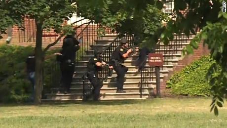 Quatre officiers ont été les premiers à intervenir, a déclaré le chef de la police de Virginia Beach, James Cervera.