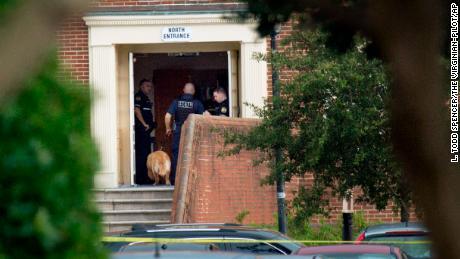 La police travaille sur le lieu où 12 personnes ont été tuées lors d'une fusillade à grande échelle dans les travaux publics de la ville de Virginia Beach.