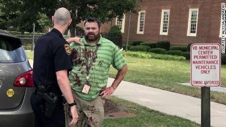 Une femme était assise dans sa voiture et attendait sa fille quand elle a vu un homme avec une chemise ensanglantée à l'extérieur du bâtiment.