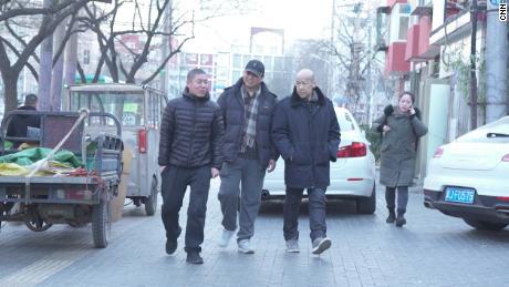 Dong Shengkun (au centre) et ses deux ex-prisonniers, Zhang Maosheng et Zhang Yansheng, à leur réunion de février.