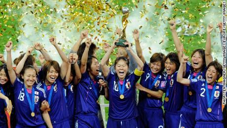 Les joueurs japonais soulèvent la Coupe du Monde en 2011.