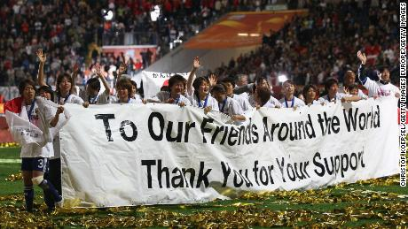 Les joueurs japonais remercient leur soutien après avoir battu les États-Unis pour remporter la Coupe du monde.