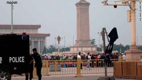 Les visiteurs se rassemblent autour du Monument aux héros du peuple sur la Place Tiananmen à l'occasion du 30e anniversaire de la répression sanglante des manifestants pro-démocrates à Beijing, le mardi 4 juin 2019.